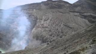 阿蘇山火口で someone falling at volcano?