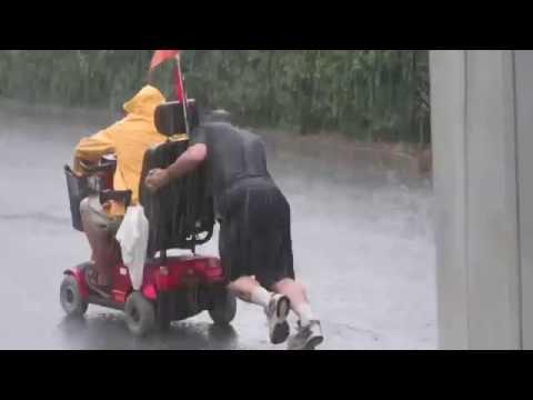 OKU Terperangkap Bersama Kerusi Roda Ketika Hujan Lebat,Lihat Lelaki Budiman Yang Tak Dikenali Sanggup Berhujan Basah Menolaknya