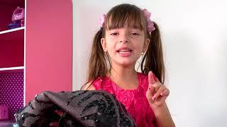 Laurinha finge brincar de costureira com o papai