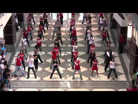 Танцевальный флэшмоб в торговом центре. США, Огайо. 2010г