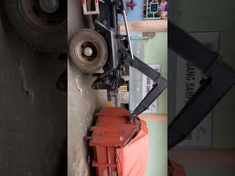 Truck Dinas Kebersihan Angkat Bak Sampah