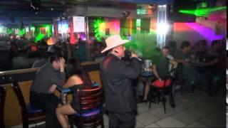 sufriendo asolas canatndo en el tequila bar el chaparrito de oro