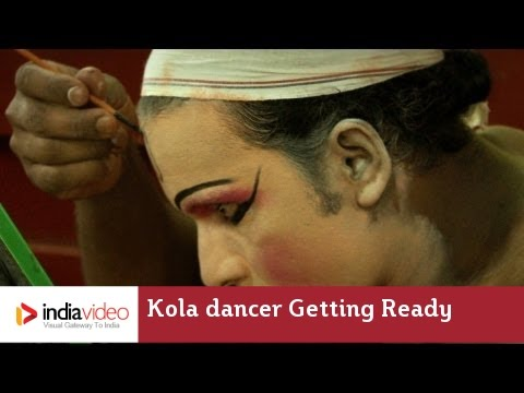 Kola dancer getting ready for Bhuta Kola in Kerala | India Video