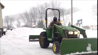 JOHN DEERE 4200 MOVING SNOW