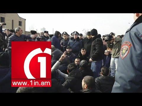 Քաշքշոց ոստիկանների ու Մանվել Գրիգորյանի կալանքը պահանջող ակտիվիստների միջև