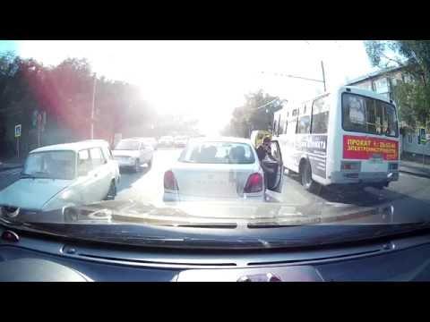 Разгоряченные водители в Абакане устроили драку. Снято на авторегистратор случайного очевидца