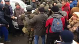 Полиция пытается разблокировать автомобили. Сторонники Саакашвили препятствуют