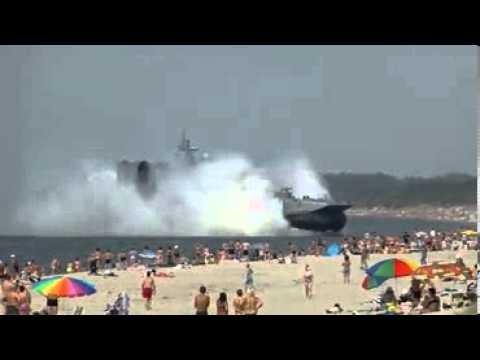 Nave militare russa attracca in spiaggia