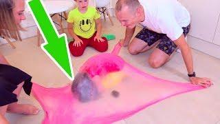 катя и Макс надули пузырь из слайма