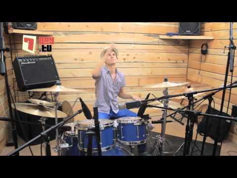 Как крутить палочки при игре на барабанах (Drum lesson 2)