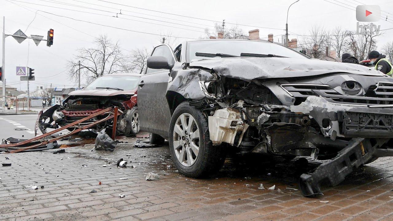 ДТП. Автомобіль збив огорожу і вилетів на тротуар