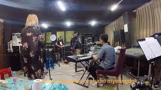 Nanyi lagu korea #nesia band latihan di studio myeongdok daegu
