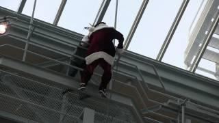 【あわや大惨事】サンタさん、登場シーンで思わぬ災難が…。