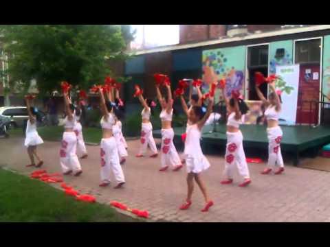 Beautiful Chinese dance while it was raining