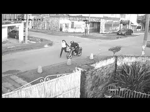 El impactante video de una mujer que es emboscada por ladrones en moto