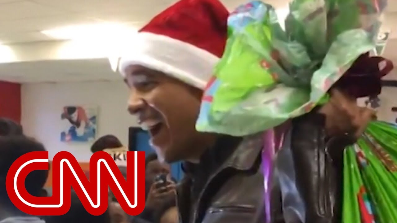 Obama surprises kids in Santa hat - YouTube