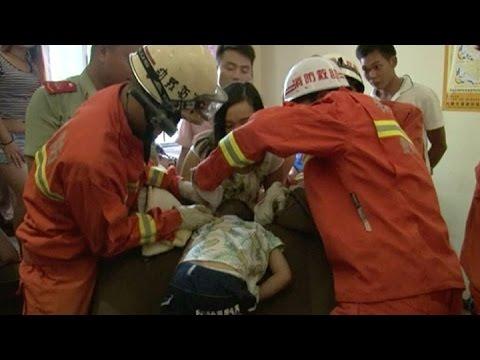 Un niño quedó atrapado en un sofá cuando su madre era atendida por la manicura