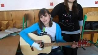 Королева снежная - на гитаре (бой) девушка классно поет и играет