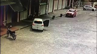 Vídeo mostra matadores chegando de carro para cometer crime em Feira