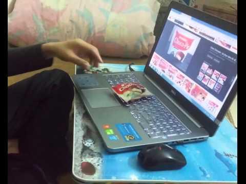 Lấy bánh ChocoPie từ màn hình laptop