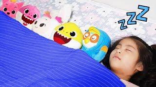 엄마 다리가 너무 무거워요?!! 서은이의 엄마랑 같이 자는 방법 뽀로로 아기상어 헤이지니 인형 Ten in the Bed Sleepy Mommy Nursery Rhymes