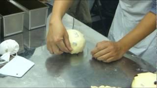 老師示範把基本發酵完成的麵糰,分割、量稱、整型、桿捲,放入土司模(by 月梅)