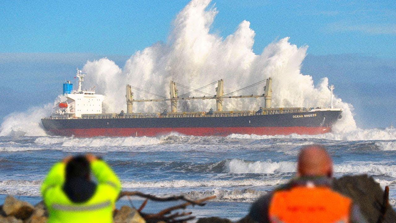 أنظرو ماذا حدث لهذه السفينة وسط البحر... مشاهد لا تصدق !!