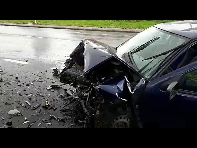 Dos conductores resultan heridos en un aparatoso accidente en Lalín
