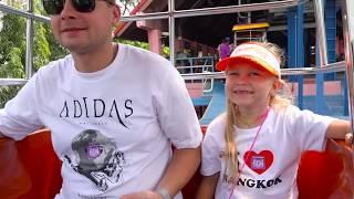 Алиса играет в парке для детей  DREAM WORLD Bangkok !
