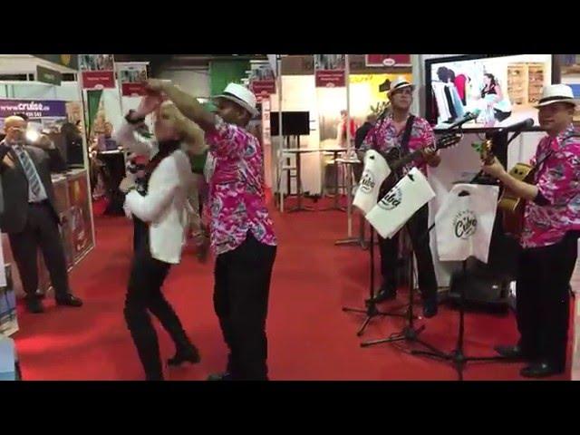 Salsos pamoka prie Kubos stendo Holiday World Show grojant ritmingai Havana Club muzikai