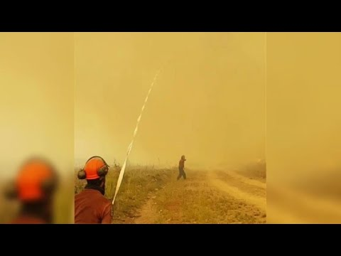 Canadienses luchan contra un tornado de fuego