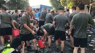 Soldiers of the PLA HK Garrison help clean the streets after protests 解放軍駐港部隊清理路障