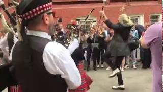 Смотреть видео Джигурда Мэр и Оркестр Волынщиков Москвы жгут у Изберкома онлайн