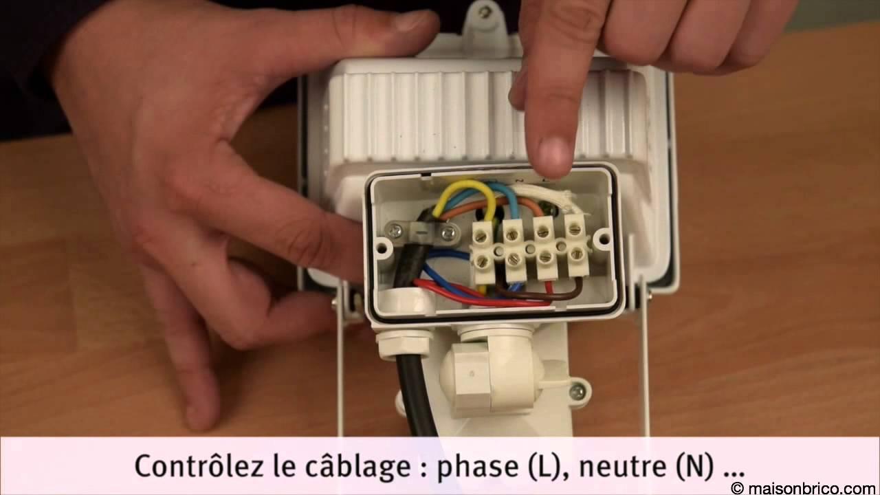 Installation D Un Projecteur A Detecteur De Mouvement Youtube