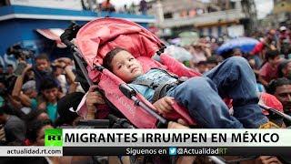 Migrantes de la caravana rompen la valla y logran entrar a México