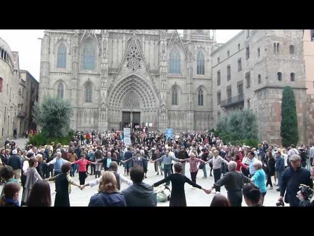 איילת המטיילת מציגה: ריקוד סרדנה מול קתדרלת ברצלונה