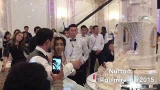 Процесс разрезания свадебного торта- дворца