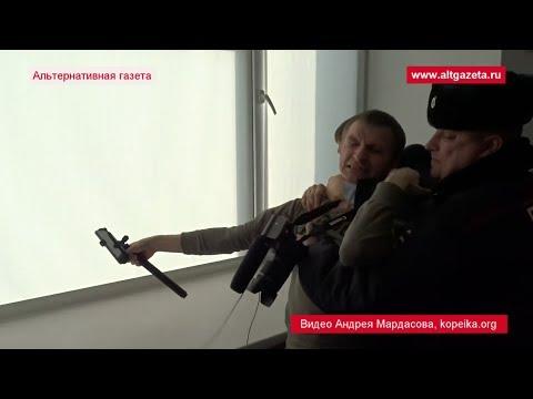 На фото СК разрешил депутатам душить блогеров изображение