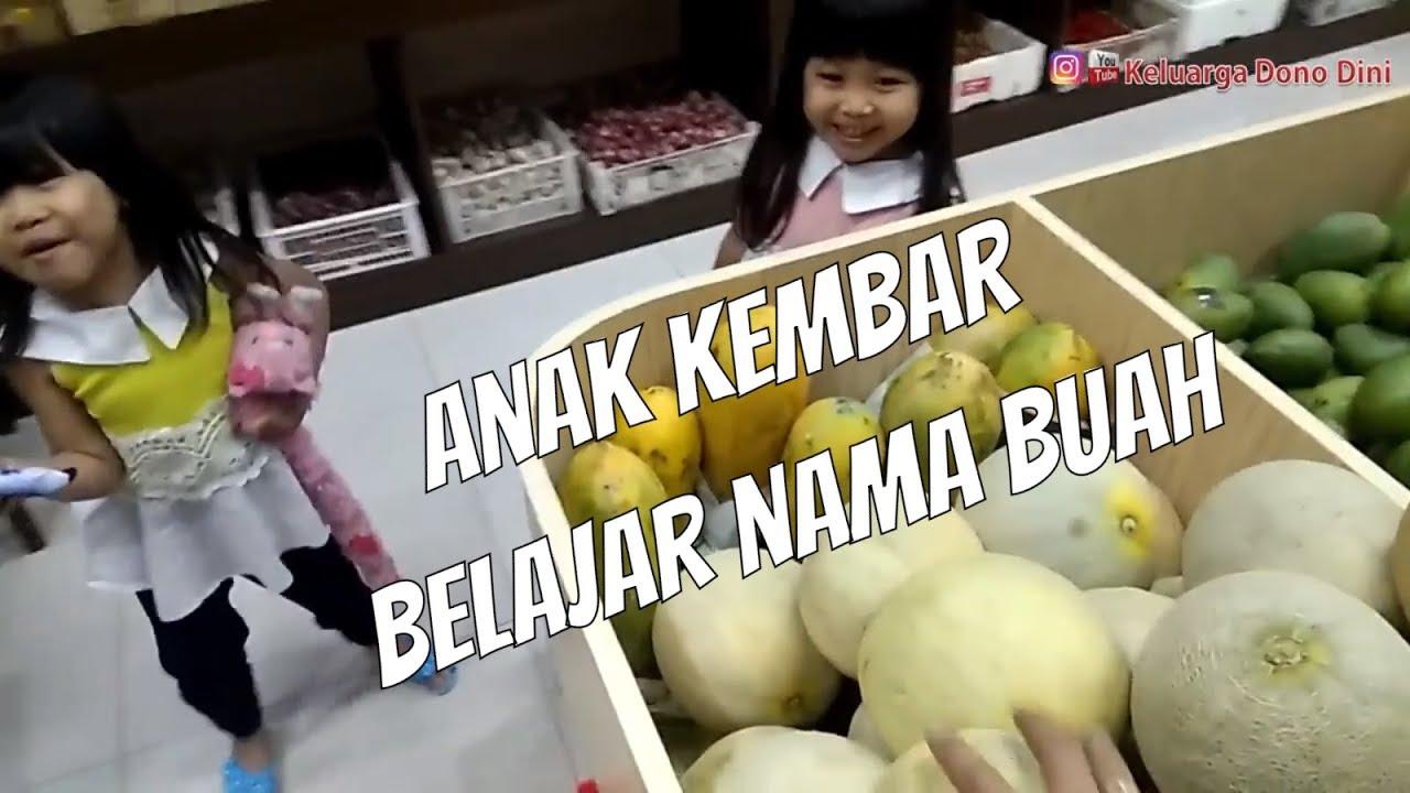 anak belajar mengenal nama buah dan sayuran di toko buah