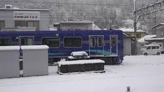 降雪の中アントに引かれ工場屋内へ移動した、休日返上で作業が行われている、しなの鉄道新型車SR1系。