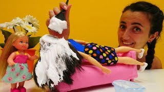 Barbie uyurken Sevcan ve Steffie onun saçını boyuyorlar