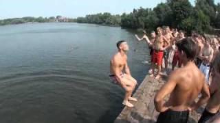 Офигенно прыгают в воду