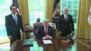 Zapętlaj Trump signs 'hard-hitting' sanctions on Iran | AP Archive