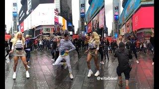 Pabllo Vittar gravando Flash Mob de Buzina no meio da Times Square em Nova York
