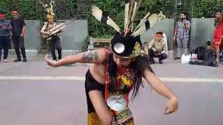 Tari tradisional Kalimantan Barat di Jalanan