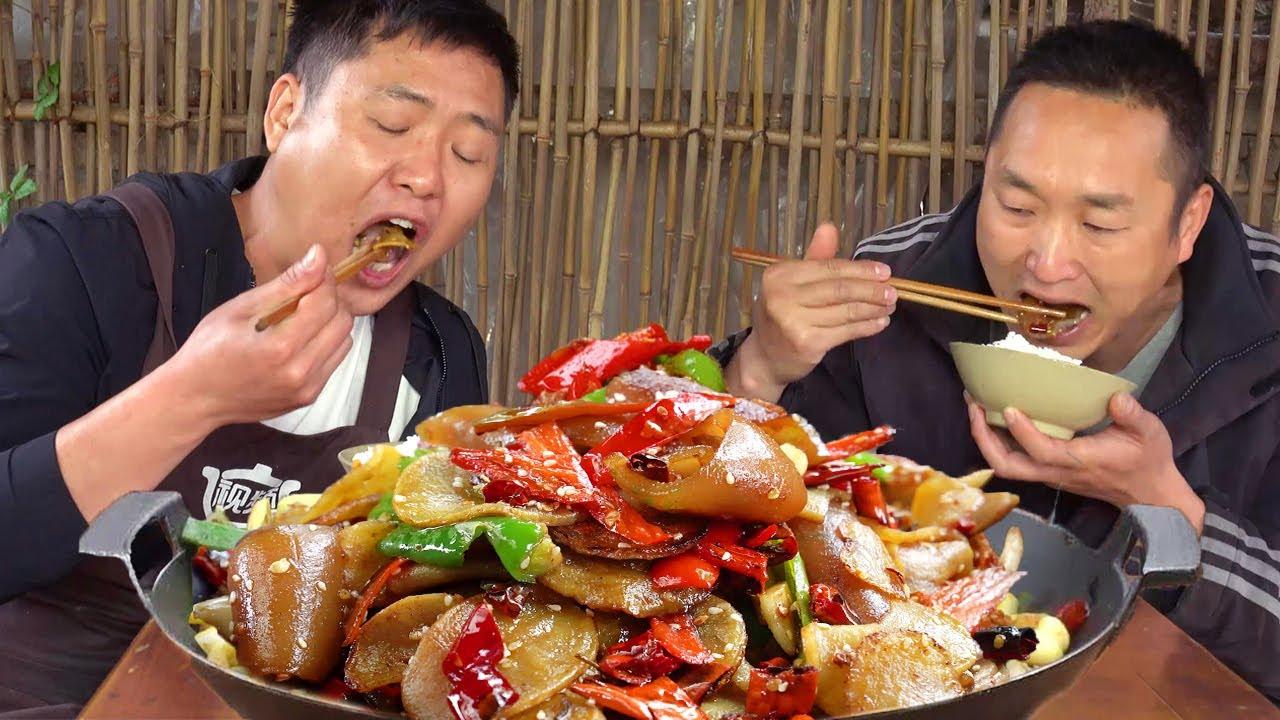 """哥倆今天再吃豬皮,搭配土豆片做""""干鍋豬皮"""",麻辣有嚼勁,吃爽了~【鐵鍋視頻】"""