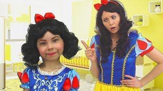 Alice finge PRINCESA! Ayuda a su mama y juegan con juguetes de limpieza