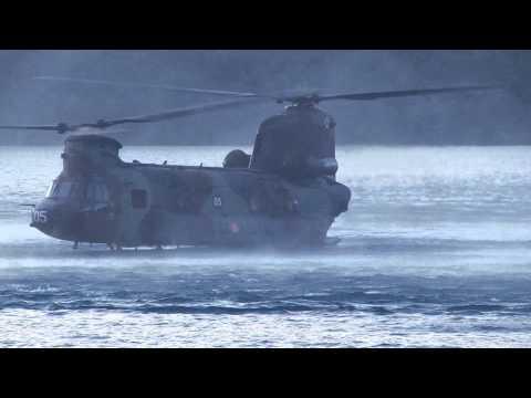 Operaciones especiales; extracción de bote en helicóptero directamente desde el agua