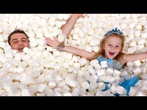 Настя и папа в музее сладостей и конфет