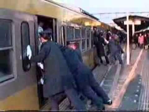 Chèn khách lên xe điện ở Nhật Bản